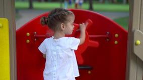 Bambina al campo da giuoco Bambino che gioca all'aperto di estate Infanzia felice archivi video