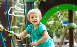 Bambina al campo da giuoco per il lancio di azioni Immagini Stock