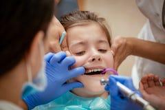 Bambina al dentista Immagini Stock