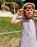 Bambina al giardino zoologico Immagini Stock