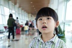 Bambina al terminale di aeroporto Fotografia Stock