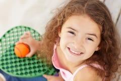 Bambina all'aperto che tiene blocco e sfera Fotografia Stock