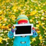 Bambina all'aperto il giorno di autunno Fotografie Stock Libere da Diritti