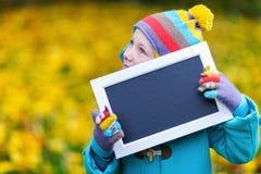 Bambina all'aperto il giorno di autunno Fotografia Stock