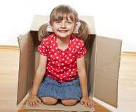 Bambina all'interno di una casella Immagine Stock Libera da Diritti