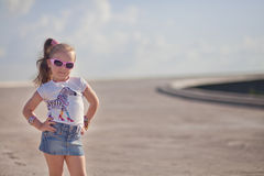 Bambina alla moda sul ponte Immagine Stock Libera da Diritti