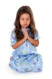 Bambina alla preghiera di ora di andare a letto Immagini Stock Libere da Diritti