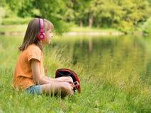 Bambina alla riva del lago Fotografie Stock Libere da Diritti