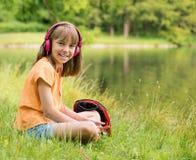 Bambina alla riva del lago Fotografie Stock