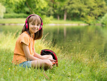 Bambina alla riva del lago Fotografia Stock