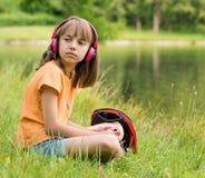 Bambina alla riva del lago Immagini Stock