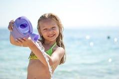 Bambina alla spiaggia immagine stock