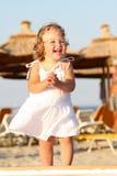 Bambina alla spiaggia Fotografie Stock Libere da Diritti