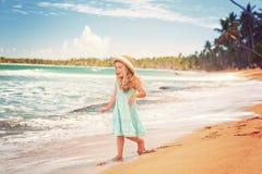 Bambina alla spiaggia tropicale immagini stock libere da diritti