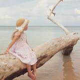 Bambina alla spiaggia tropicale immagine stock