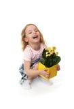 Bambina allegra con i fiori gialli. fotografia stock