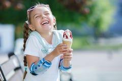 Bambina allegra nel parco con il cono gelato Fotografie Stock Libere da Diritti