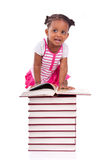 Bambina americana dell'africano nero sveglio che legge un libro - Africano Immagine Stock Libera da Diritti