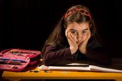 Bambina annoiata che non vuole studiare Fotografie Stock Libere da Diritti