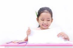 Bambina asiatica che mostra carta in bianco isolata sul backgrou bianco Fotografia Stock