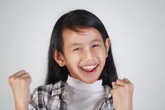 Bambina asiatica felice che mostra gesto di conquista Immagine Stock Libera da Diritti
