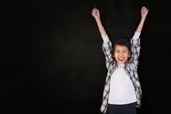 Bambina asiatica felice che mostra gesto di conquista Fotografia Stock Libera da Diritti