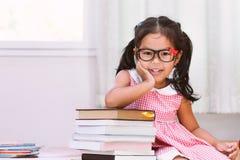 Bambina asiatica felice con il libro Immagine Stock Libera da Diritti
