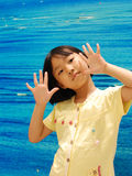 Bambina asiatica su priorità bassa blu Immagini Stock