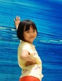 Bambina asiatica su priorità bassa blu Fotografia Stock Libera da Diritti