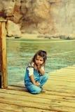 Bambina in atmosfera pacifica fotografie stock libere da diritti