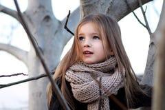 Bambina in autunno all'aperto Fotografie Stock