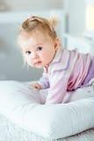 Bambina bionda adorabile con i grandi occhi di grey e le guance grassottelle Fotografia Stock