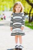 Bambina bionda felice che posa al parco immagine stock libera da diritti