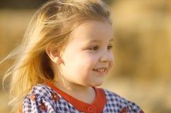 Bambina bionda in file Immagine Stock