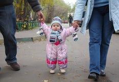 Bambina in camici dentellare Fotografia Stock