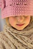 Bambina in cappello dentellare del Crochet Fotografia Stock