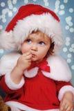 Bambina in cappello di Santa su tempo di natale immagini stock