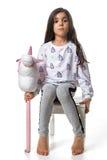 Bambina castana che posa sulla sedia izolated Fotografie Stock