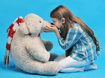 Bambina caucasica con un orso polare Fotografia Stock