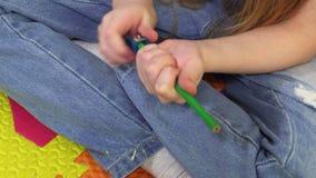 Bambina che affila matita archivi video