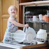 Bambina che aiuta con la lavatrice del piatto Fotografia Stock Libera da Diritti