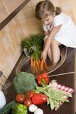 Bambina che aiuta nella cucina Fotografia Stock