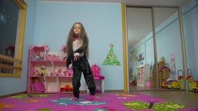 Bambina che balla e che salta
