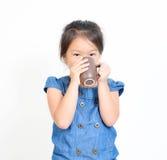 Bambina che beve la bevanda calda Immagini Stock