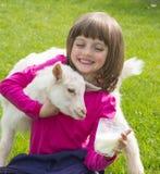 Bambina che beve latte di capra sano immagini stock