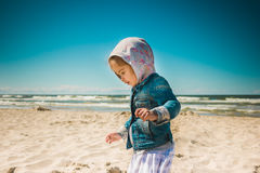 Bambina che cammina dal mare Immagine Stock Libera da Diritti