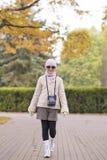 Bambina che cammina nel parco Fotografia Stock