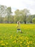 Bambina che cammina nel parco, primavera Immagini Stock Libere da Diritti