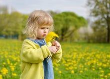 Bambina che cammina nel parco, primavera Fotografia Stock