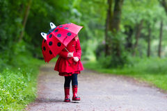 Bambina che cammina nella pioggia Fotografia Stock Libera da Diritti